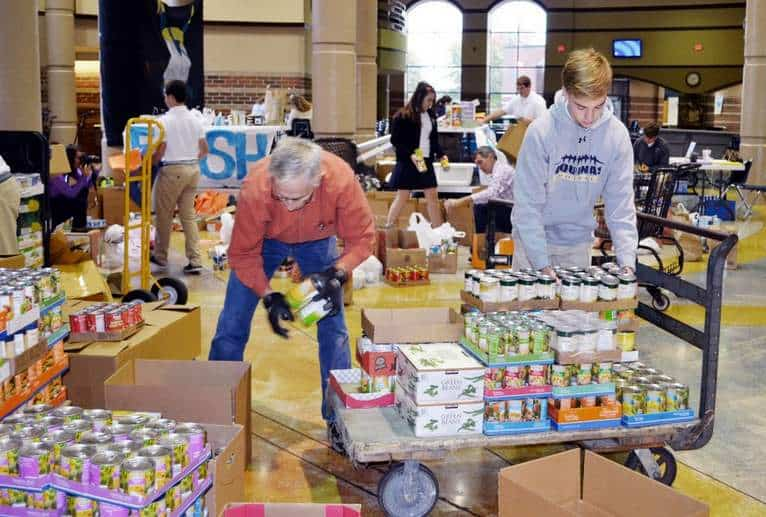 High School Kids Lend a Hand for a Food Drive